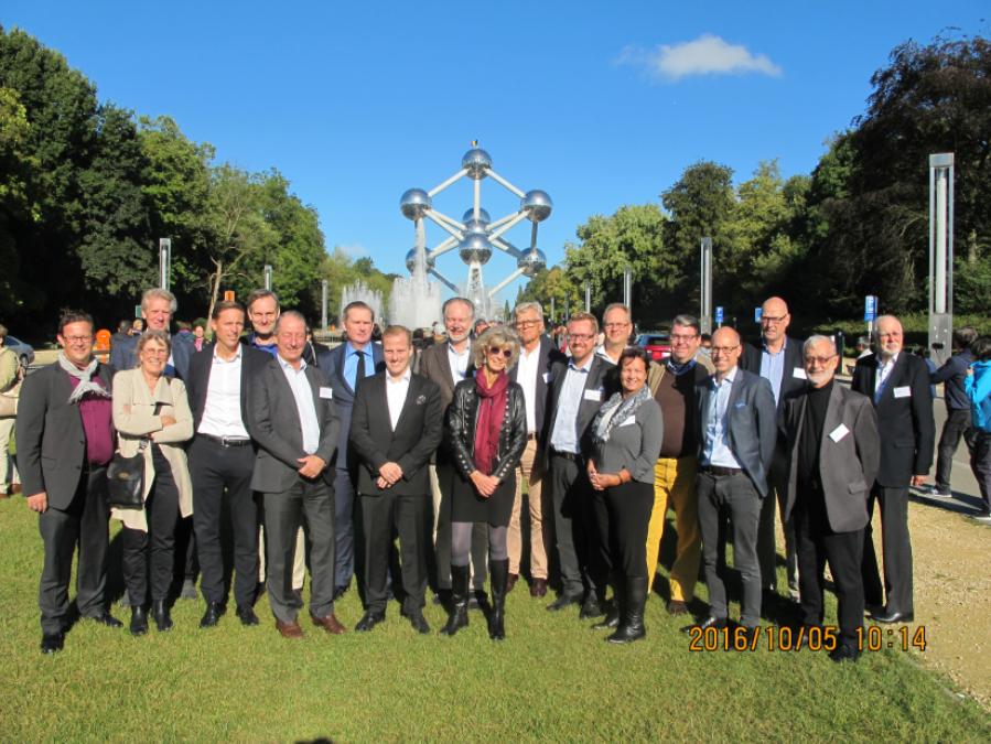 Deltagarna på LNC:s studieresa samlade framför Atomium i Bryssel.